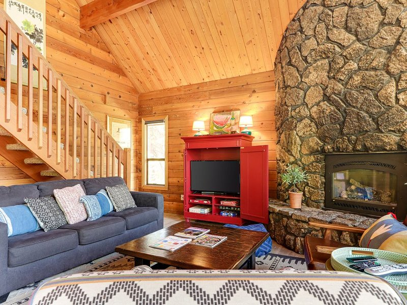 Recently renovated dog-friendly home w/ private hot tub - SHARC passes included!, vacation rental in Central Oregon