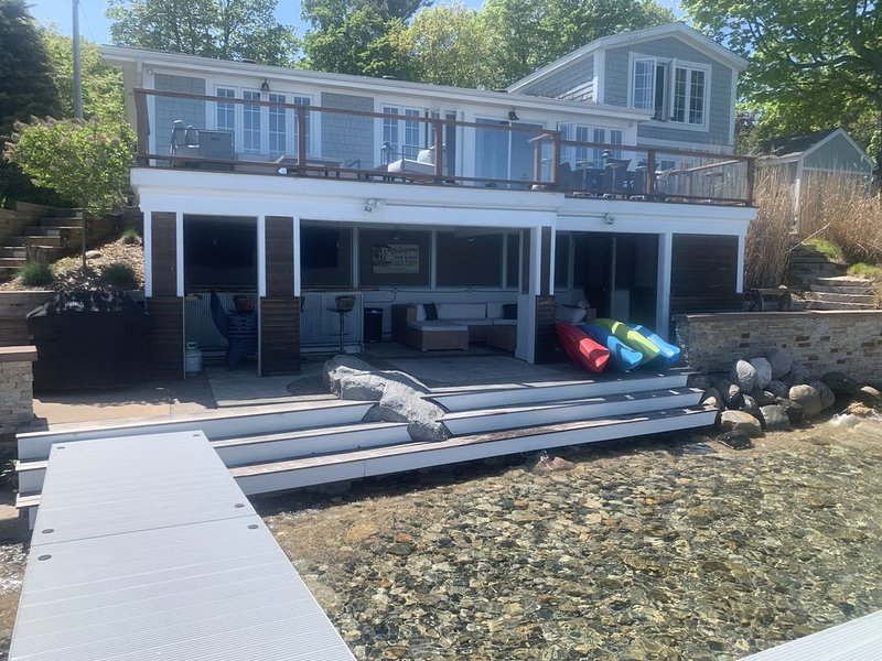 Quaint waterfront home with amazing beachfront entertainment area!, alquiler de vacaciones en Grand Traverse County