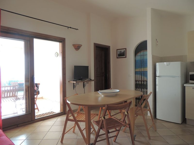 bilocale con piscina condominiale, holiday rental in Badesi