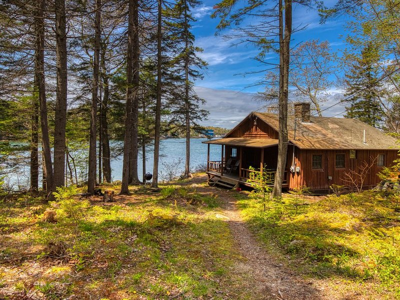 Waterfront cabin w/ ocean view, fireplace, & private dock, alquiler de vacaciones en South Bristol