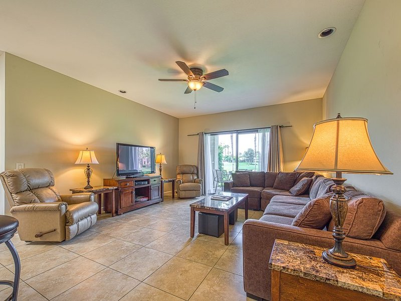 Golf course retreat, with shared pool, pool spa, and easy attraction access, alquiler de vacaciones en Cathedral City
