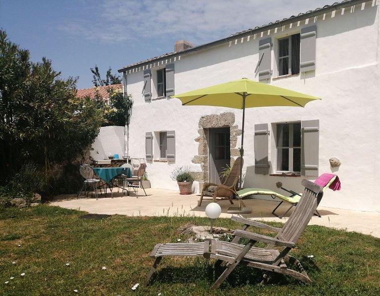 une charmante petite maison au fond d'un jardin clôturé de murs en pierre, location de vacances à Beauvoir-Sur-Mer