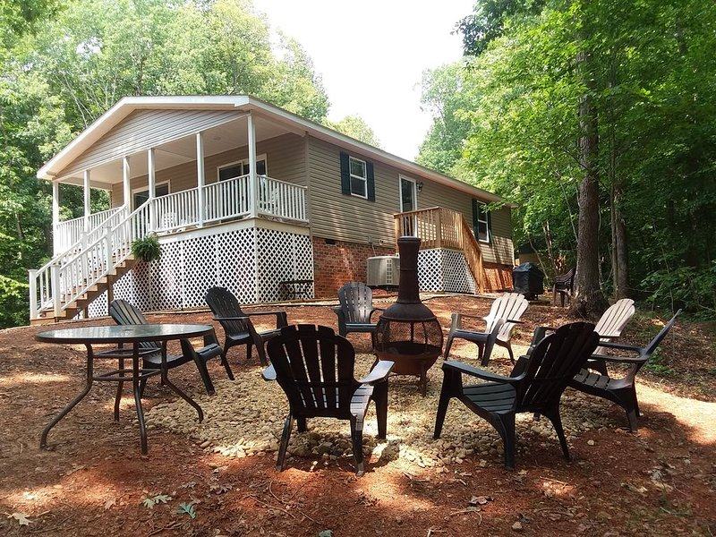 Beautiful waterfront lodge with view of Smith Mountain and private boat dock., holiday rental in Altavista