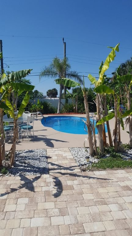 Sun deck leva diretamente para a piscina, mantendo-se banhado pelo sol e diversão facilmente.
