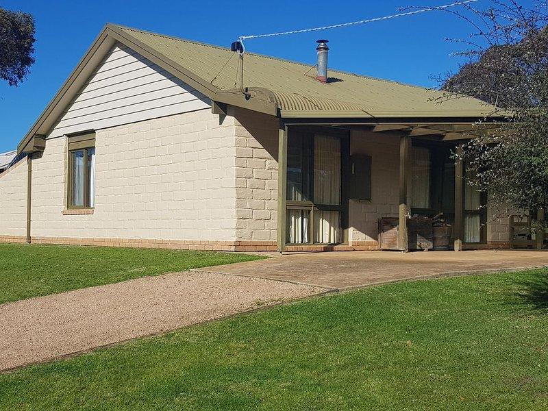 Grape Escape mudbrick home - 300m to beach., vakantiewoning in Phillip Island