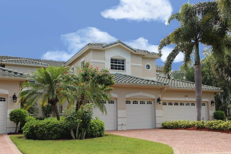 VY693-16B - Spacious 2 bedroom plus den, 2 bath first floor corner unit with over-sized screened lanai overlooking the lake and attached 2-car garage at Vintage Reserve at the Vineyards, Florida.