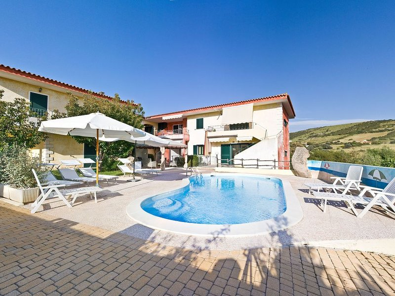 Appartamento in complesso con piscina n.2 P. terra, holiday rental in Isola Rossa