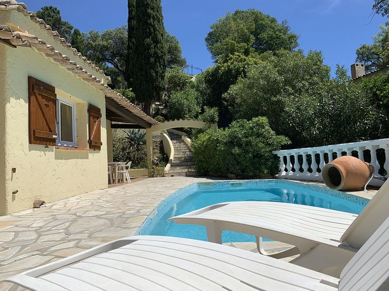 Villa provençale de caractère avec Piscine et vue sur les îles d'Hyeres, casa vacanza a Rayol-Canadel-sur-Mer