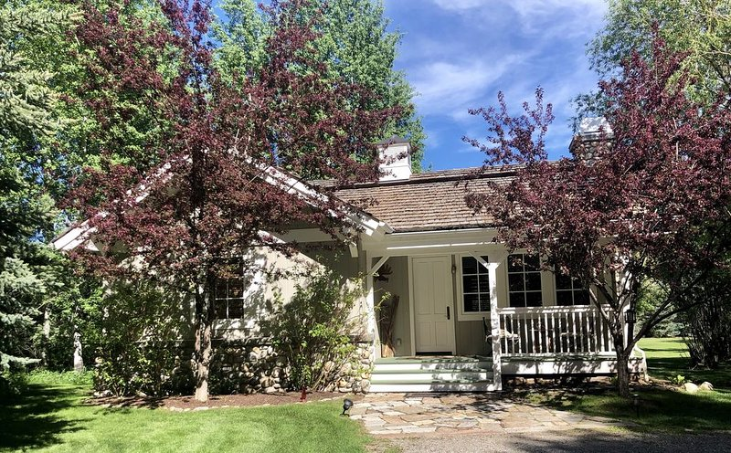 A quaint cottage in the woods. Close to world class ski resort, Sun Valley., vacation rental in Hailey