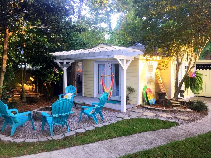 Romantic Beach Style Cottage Minutes From Historic Charleston & Folly Beach!, vacation rental in Charleston