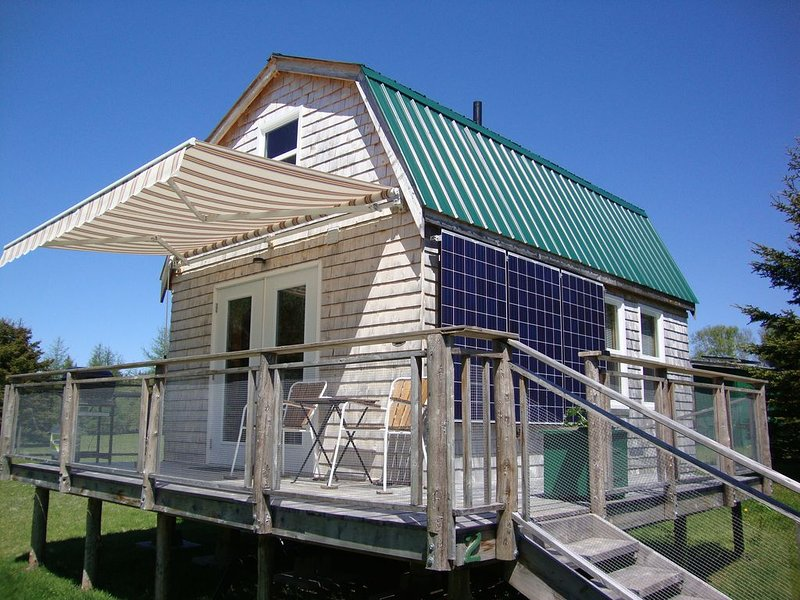NEW! Solar powered but with a lot of amenities in a prestine part of PEI, location de vacances à Georgetown