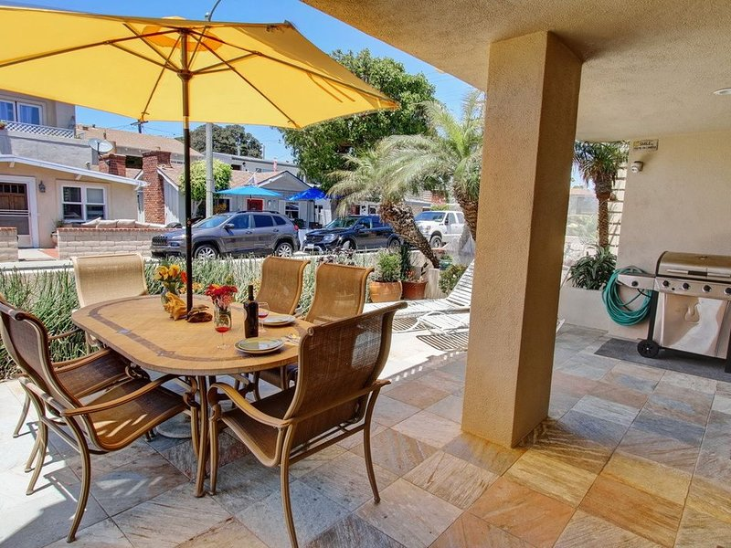 30 Seconds to Beach/Dolphins! Garage Parking/Bikes/WiFi/Washer! Sparkling clean!, vacation rental in Newport Beach