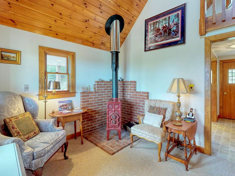 Beautiful hilltop home w/ deck & view of Penobscot Bay - near festivals & more!, holiday rental in Union