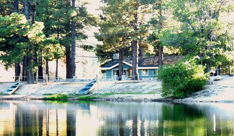 Lakefront Cabin: Green Valley Lake - Closest to the water!  Lots of snow!, holiday rental in Green Valley Lake