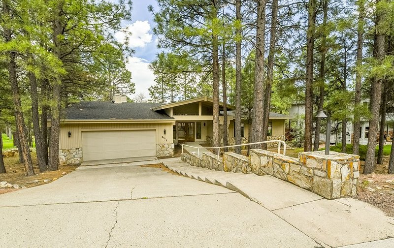 Cabin-On-The-14th-Tee: Beautiful, Pine-Shaded, Prime Location, Lrg Deck, GC View, vacation rental in Flagstaff