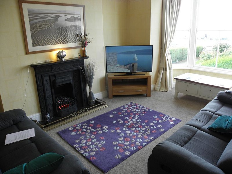 Overlooking the Beach, Spacious 4* Comfortable Holiday Apartment, vacation rental in Llanfairfechan