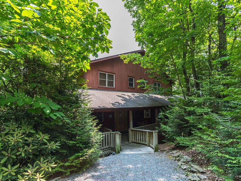 Stress Re-Leaf - Blowing Rock Cabin with great view, hot tub, pool table, vacation rental in Lenoir