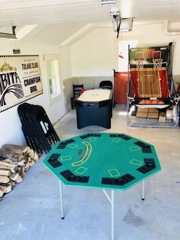 Sala de juegos de bonificación en el garaje aislado.