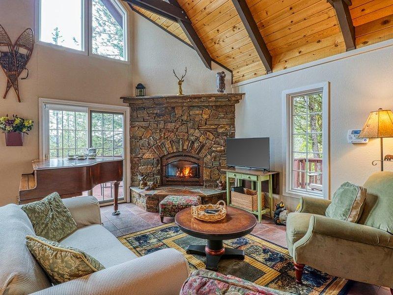Chalet w/ views & seasonal shared pool/rec facility/lake access!, holiday rental in Arnold