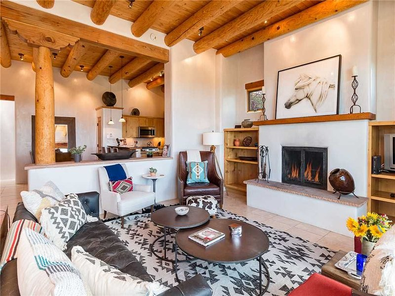 Casa de Caballo, 2 Bedrooms, Sleeps 6, Patio, Pool Access, Fireplaces, alquiler de vacaciones en Tesuque