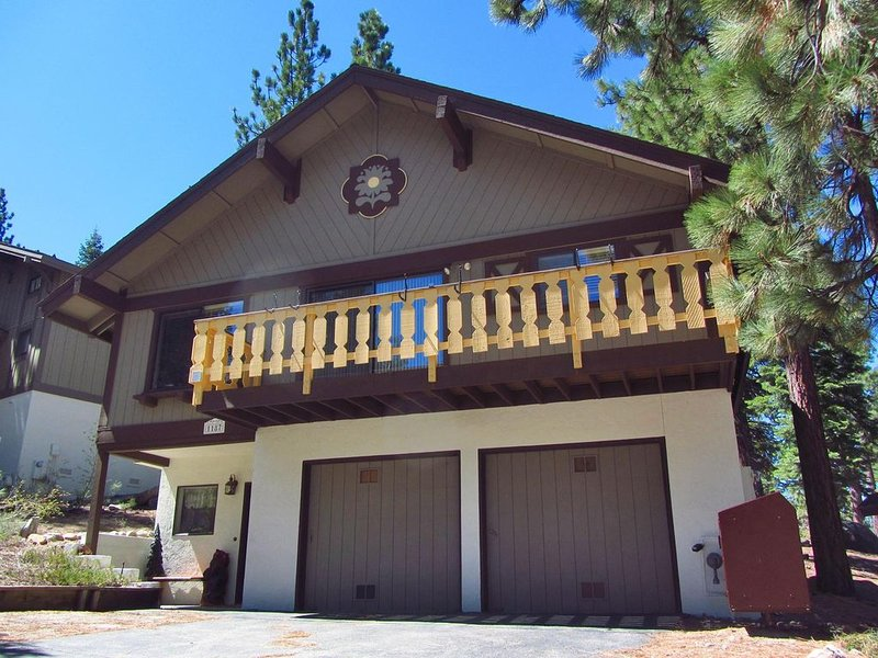 Fantastic 3 bedroom 3 bathrooms home in beautiful South Lake Tahoe, vacation rental in South Lake Tahoe