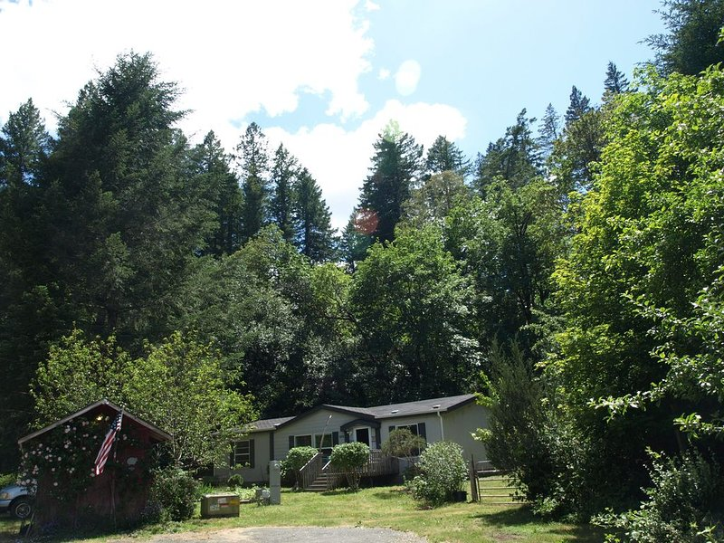 3bdrm/2ba Secluded & Convenient, 1 acre fenced yard, 15 min. to Redwood Forest, holiday rental in Hiouchi