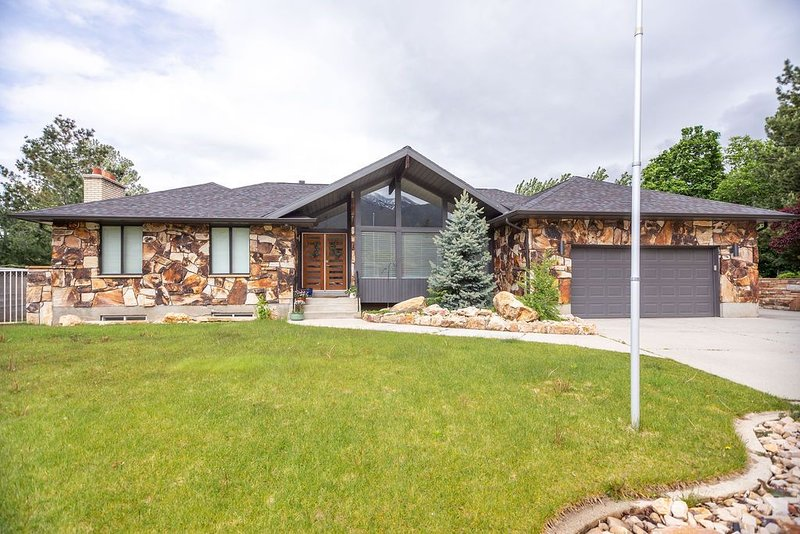 Minutes from Canyon with Pool Table and Full Kitchen., casa vacanza a Cottonwood Heights