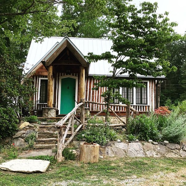 Fully Renovated 100-Yr Old Log Cabin, Romantic Hot Tub Getaway, holiday rental in Laurel Park