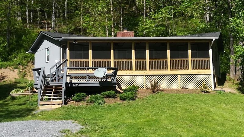 Riverfront Getaway Cabin, holiday rental in Wardensville