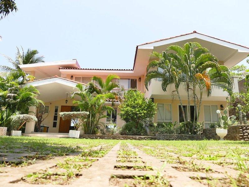 6,000 Square feet Ocean Front Property, In El Zonte, 4 Bedrooms And 4 1/2 Baths, aluguéis de temporada em El Tunco