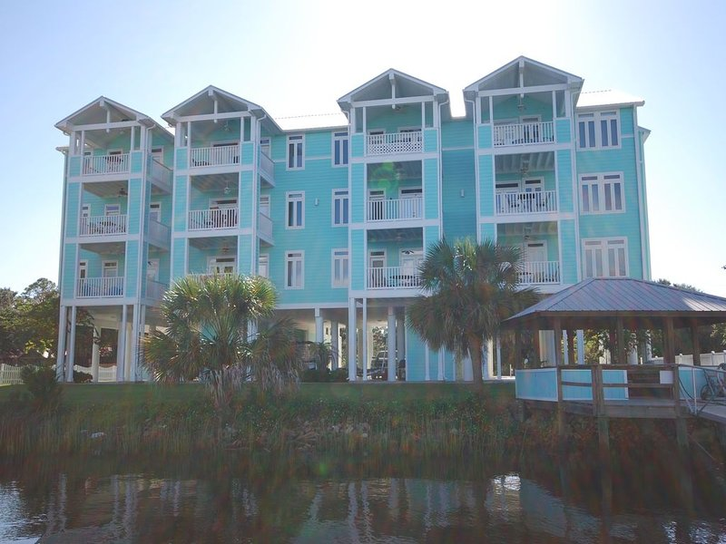 Rivers Edge Condo #1A, Bldg 2- PRIVATE DOCK with ASSIGNED BOAT SLIP, holiday rental in Horseshoe Beach