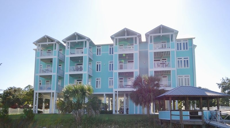WATERFRONT, RIVERS EDGE CONDO #2C-BLDG 2 *PRIVATE DOCK and ASSIGNED BOAT SLIP!, casa vacanza a Steinhatchee
