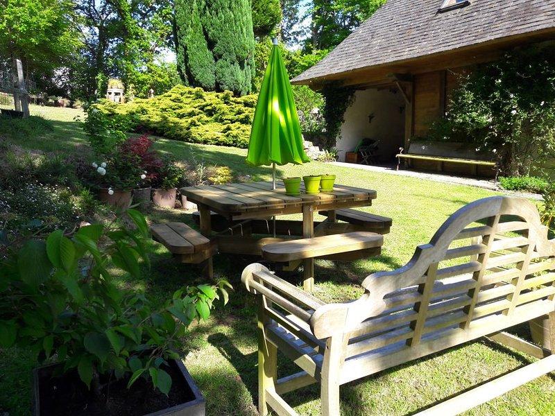 Maison de charme dans un environnement calme av jardin a 3km de MORLAIX, holiday rental in Le Cloitre-Saint-Thegonnec