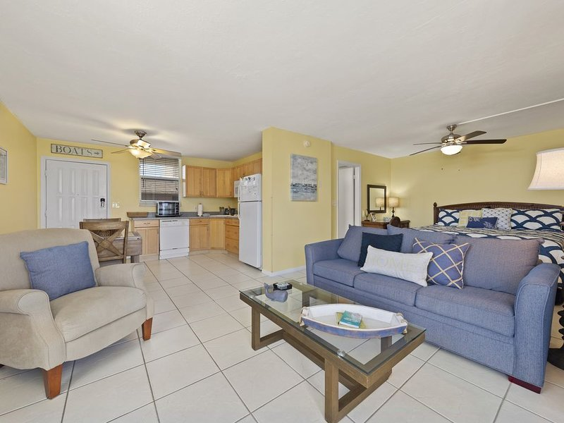 Tenth floor! Nice water views! Free tennis and pickleball! Great location!, vacation rental in Bonita Springs