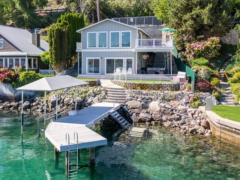 WATERFRONT HOME WITH PRIVATE DOCK AND BOAT LIFT, aluguéis de temporada em Chelan