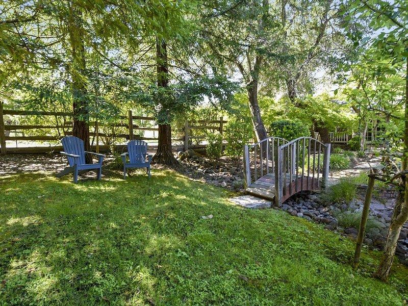 Promenez-vous sur notre passerelle ou détendez-vous près des séquoias.