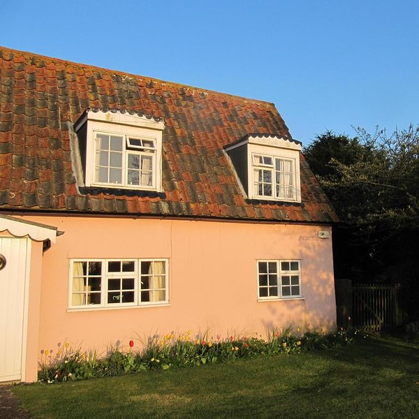 Essex Suffolk border-period coastal/country cottage, vacation rental in Walton-on-the-Naze