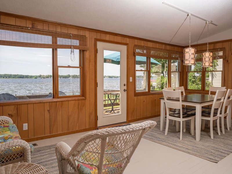 Wamplers Lake North Shore Lakefront Home with Sandy Beach for Swimming, location de vacances à Adrian