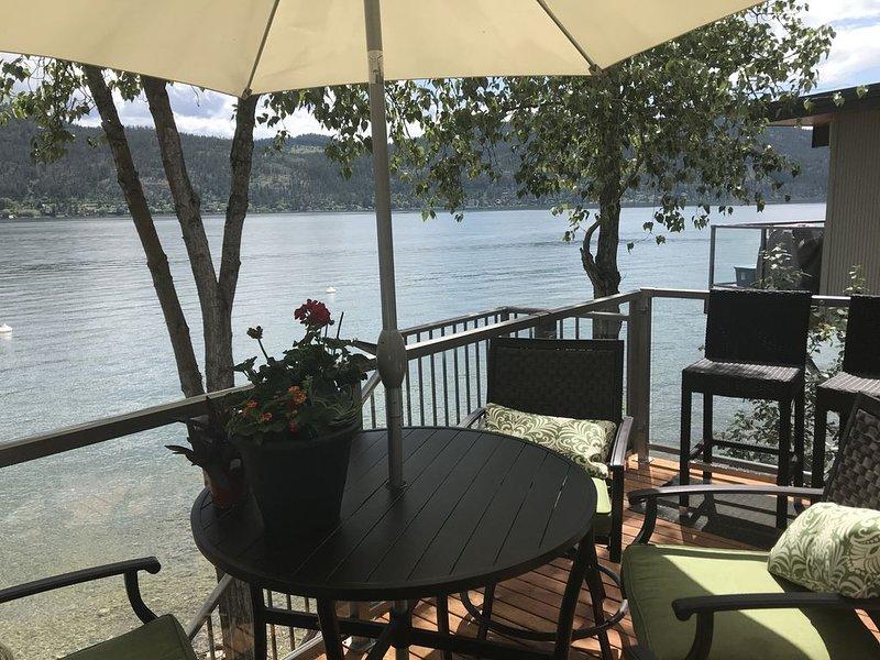 Amazing Okanagan Lake Front Condo!, alquiler de vacaciones en Vernon