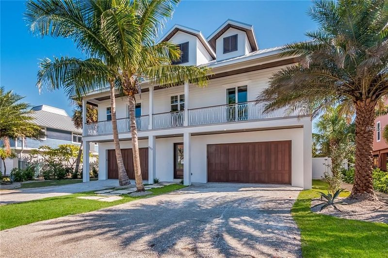 Waterfront Stunning New Luxury Home w/Pool, Spa, Dock, Elevator, Close to Pine, holiday rental in Anna Maria