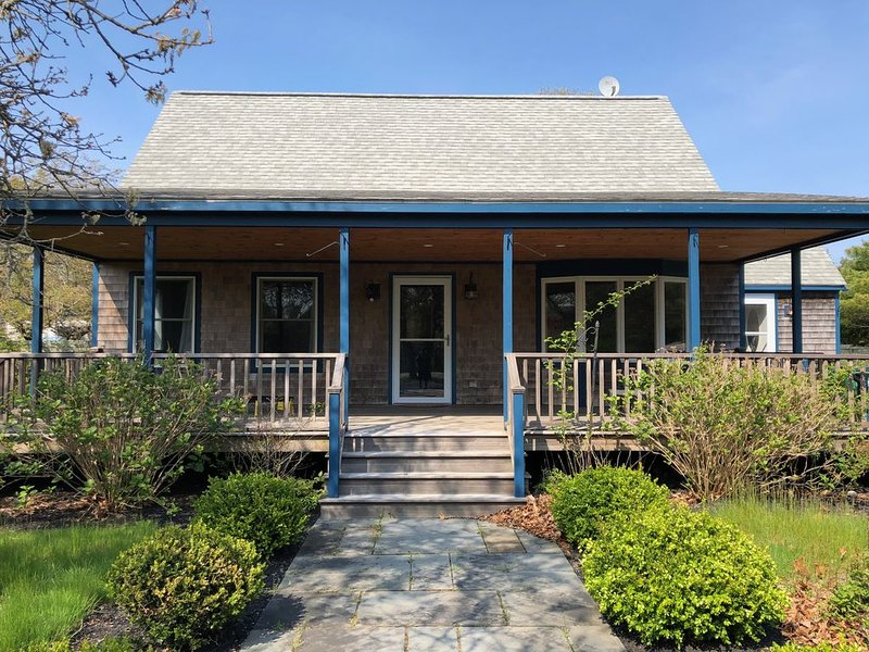 3 bd/ 2b Cape in the Heart of Katama.  Only 2 weeks left at great prices., holiday rental in Edgartown