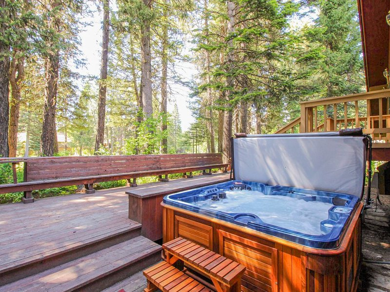 Family-friendly cabin w/ private hot tub, updated kitchen & entertainment!, holiday rental in McCall