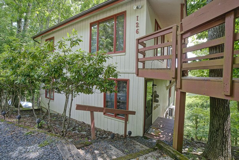 Private, Quiet, Mountain Cabin Close to skiing with views, holiday rental in Beech Mountain