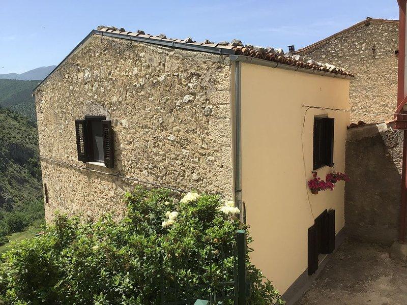 Prachtig gelegen vakantiehuis in een van de mooiste borgho's van Italië, holiday rental in Lettopalena