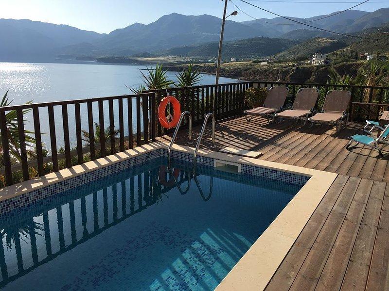 Pyxida - Spacious sea front two bedroom apartment with private pool., location de vacances à Mokhlos