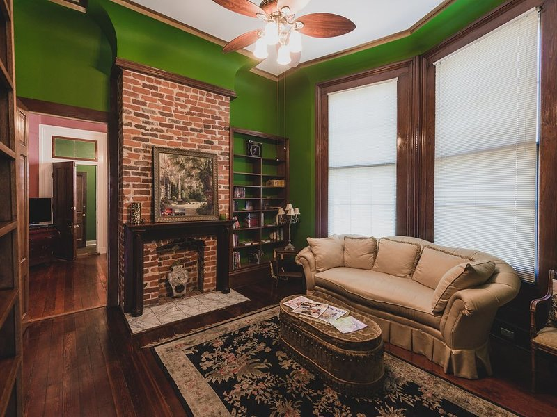 Luxurious 1-Bedroom Suite in Uptown Victorian Mansion, holiday rental in Gretna