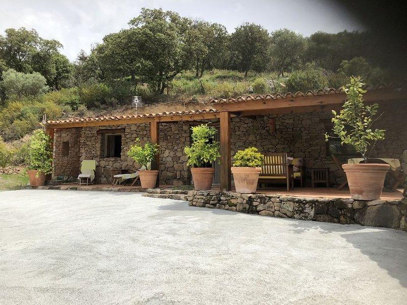 Sur un site merveilleux, au calme, une Jolie bergerie en pierre vous attend .., vacation rental in Petreto-Bicchisano