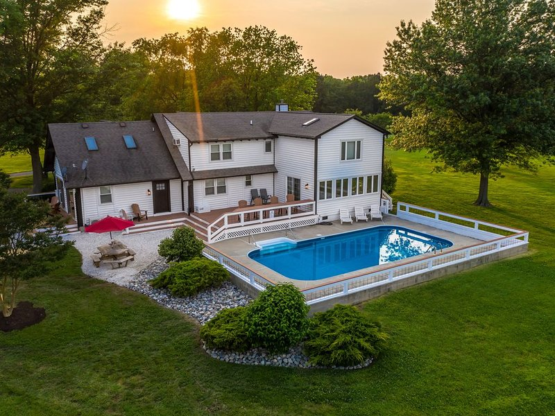 TRUE IN-TOWN SAINT MICHAELS 6 ACRE WATERFRONT w/POOL!!!, location de vacances à Talbot County