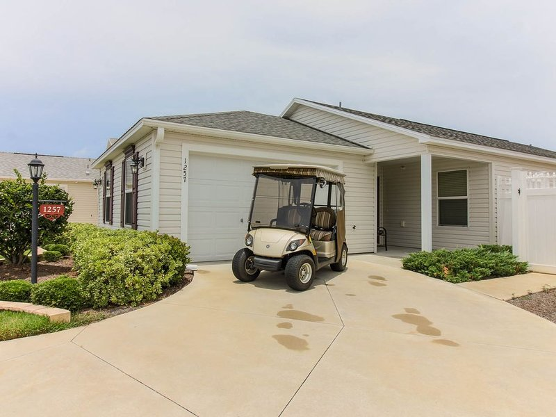 GREAT LOCATION. BETWEEN BROWNWOOD AND LAKE SUMTER. GAS GOLF CART INCLUDED., vacation rental in Leesburg