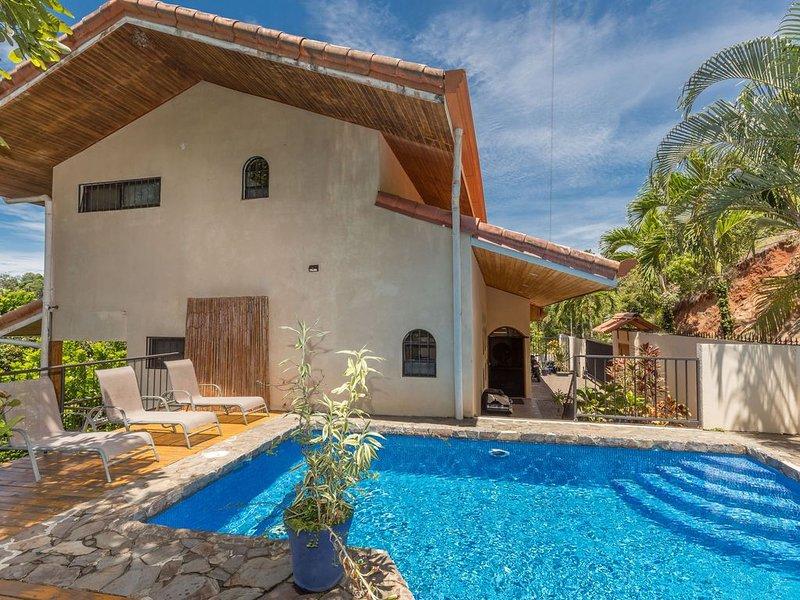 Cozy, Private, Treetop Home in Quiet Area with Ocean & Mountain Views!, location de vacances à Parc national Manuel Antonio
